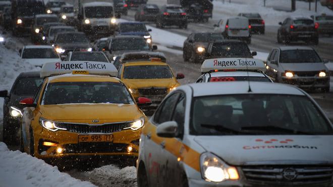 Такси раскрутили счетчик  / Цена поездки выросла по всей России