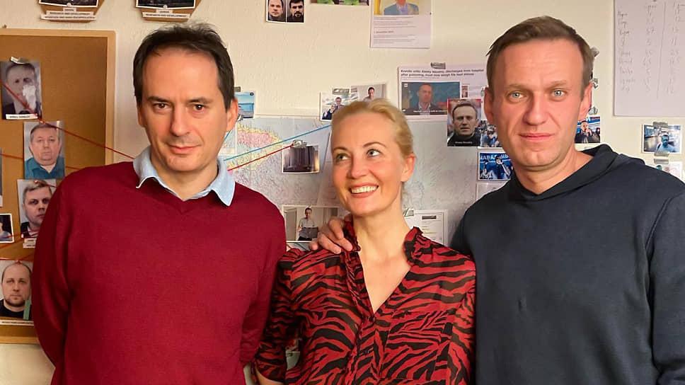 Слева направо: главный автор расследования об отравлении Алексея Навального Кристо Грозев, Юлия Навальная и Алексей Навальный