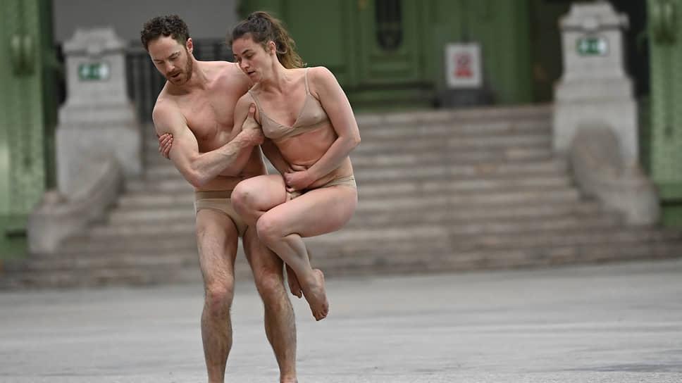 Бесчисленные интимные дуэты не терялись в бескрайних индустриальных просторах Гран-Пале