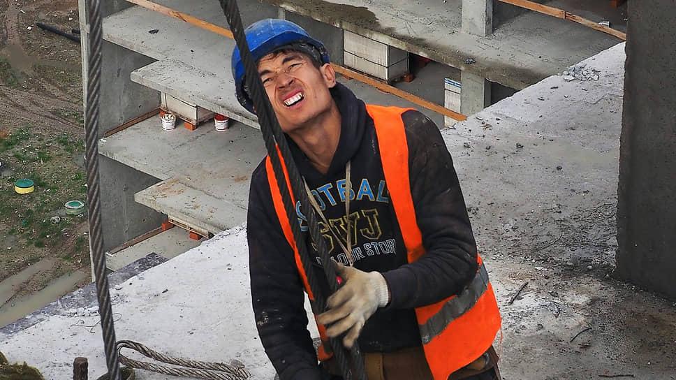 Застройщики, желающие восполнить нехватку работников на стройках, должны взять на себе хлопоты по их приглашению, оформлению и размещению