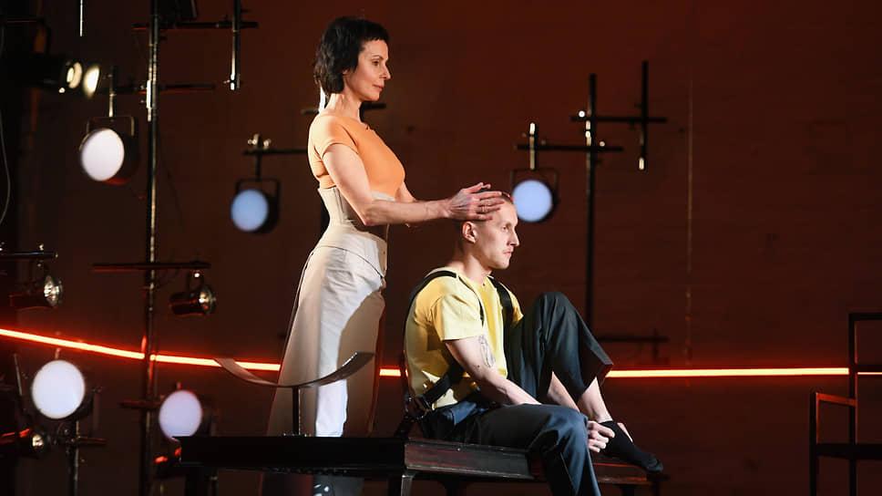 Яго, управляющий ревностью главного героя, в спектакле Андрея Гончарова превратился в женщину (Надежда Толубеева)