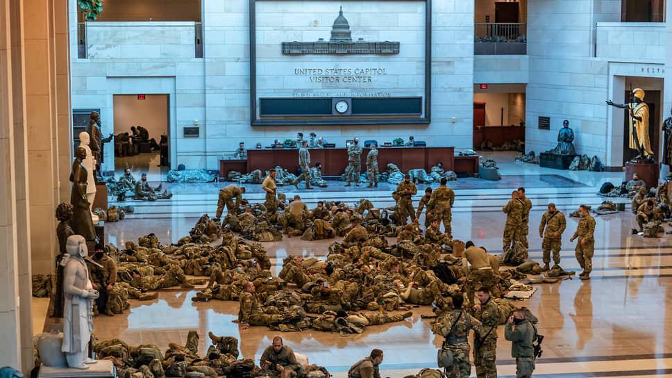 В здании Конгресса США круглосуточно несут службу бойцы Национальной гвардии. Они будут там оставаться до обсуждения вопроса об импичменте Дональду Трампу 8 февраля и еще почти месяц после этого