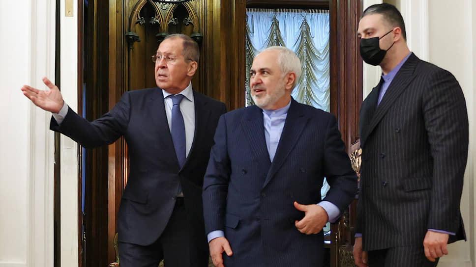 Министр иностранных дел России Сергей Лавров (слева) и министр иностранных дел Ирана Мохаммад Джавад Зариф (в центре)