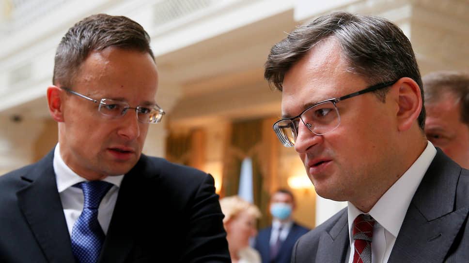 Министр иностранных дел Украины Дмитрий Кулеба (справа) и министр иностранных дел Венгрии Петер Сийярто