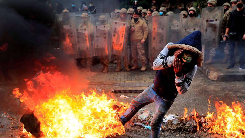 Более 400 человек, в том числе свыше десятка полицейских и около 70 детей, пострадали и один погиб в ходе недели протестов в ливанском Триполи