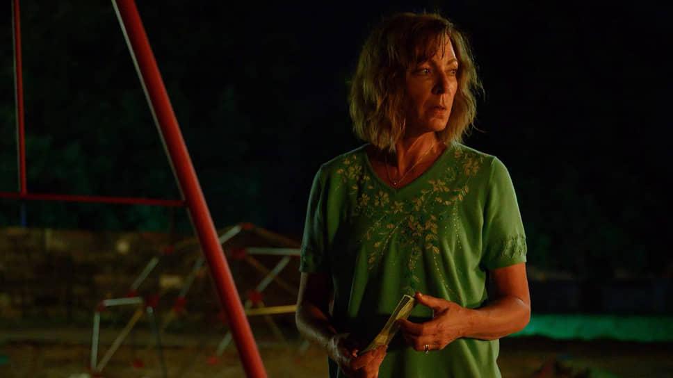 Отличающаяся сообразительностью Сью (Эллисон Дженни) закапывает труп своего мужа на детской площадке вместе с сумкой, в которую она даже не потрудилась заглянуть