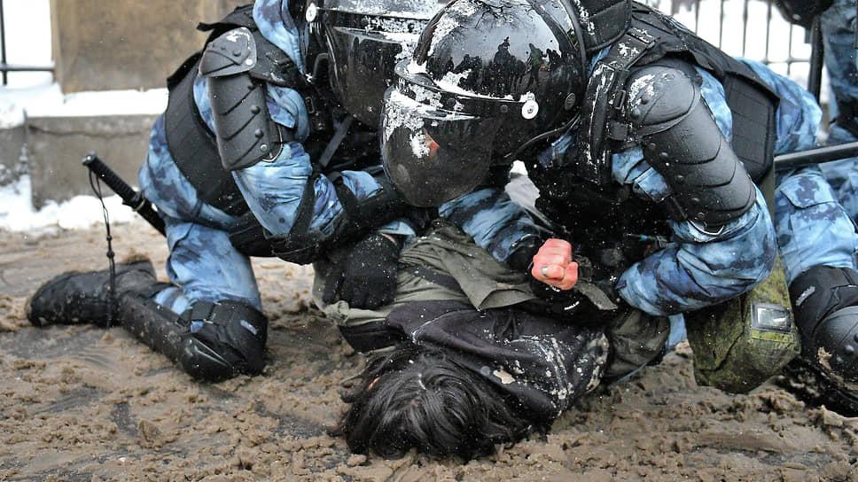 Хотя взаимная агрессия полицейских и протестующих в Москве в этот раз была ниже, чем неделю назад, некоторым задержанным досталось всерьез