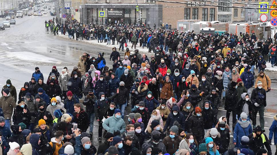 Хотя полиция не давала протестующим соединиться, время от времени они собирались во внушительные колонны, однако оценить их общую численность почти невозможно