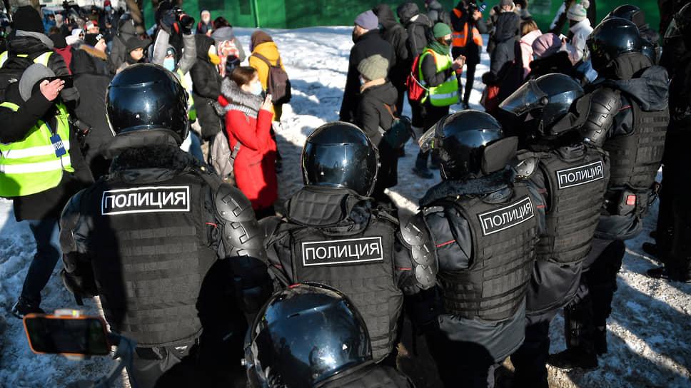 Выездное заседание Симоновского райсуда прошло в плотном двойном кольце полицейских и росгвардейцев