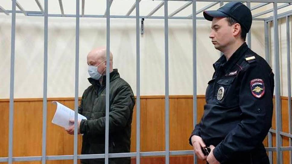 На какую именно благодарность рассчитывали генерал-майоры Александр Бирюков (на фото слева) и Александр Краковский, по словам их адвокатов, в уголовном деле не сказано