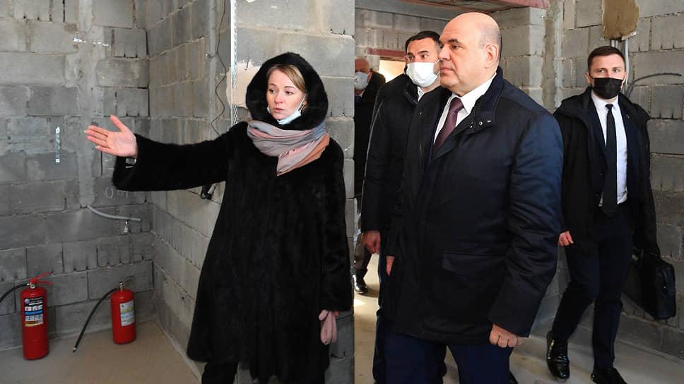 Председатель правительства России Михаил Мишустин (в центре) в деревне Борисовичи Псковского района
