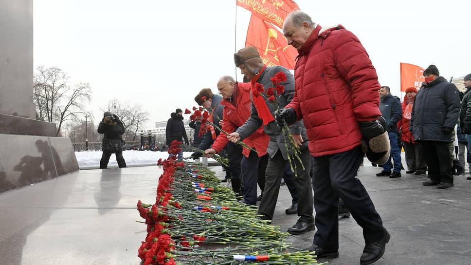 Коммунисты вышли на мирную церемонию