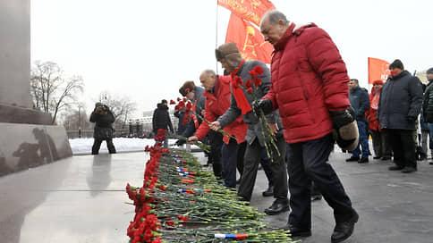 Коммунисты вышли на мирную церемонию // КПРФ отметила День защитника Отечества без чрезвычайщины