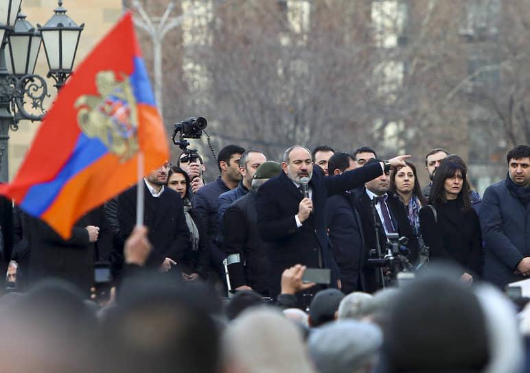 Митинг сторонников Никола Пашиняна оказался почти вдвое более многочисленным, чем акция его противников, и армянский премьер поспешил заявить о своей победе в уличном противостоянии