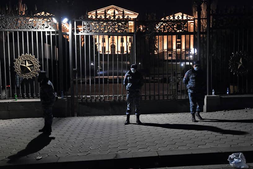 Сотрудники полиции у здания Национального собрания Армении в Еревaне