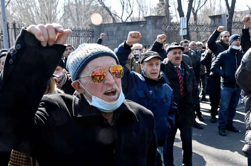 Участники митинга оппозиции у здания Национальной академии наук в Еревaне