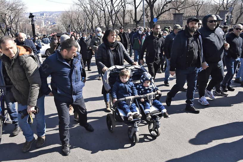 Участники митинга оппозиции в центре Еревана