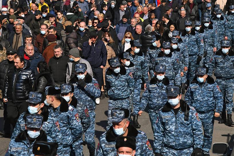 Участники митинга оппозиции и сотрудники правоохранительных органов