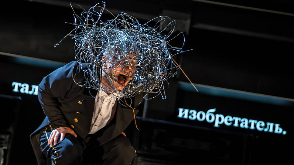 Никита Кукушкин с бесстрашием и цирковой виртуозностью перевоплощается из одного героя в другого