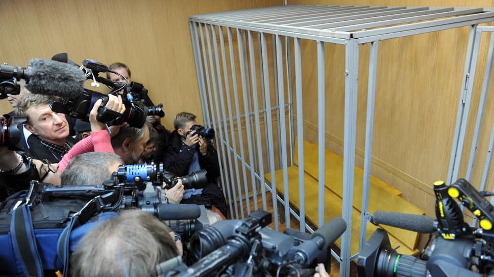 По мнению сенаторов, идея запрета на клетки в зданиях судов по-прежнему заслуживает самого пристального внимания
