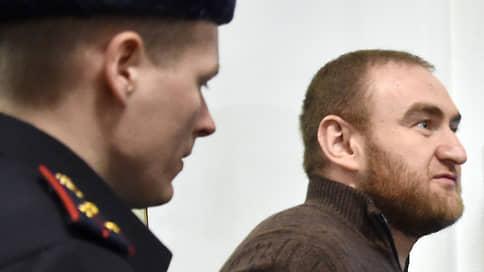 Экс-сенатору предложили читать побыстрее // Суд ограничил в ознакомлении с материалами дела Рауфа Арашукова и его отца
