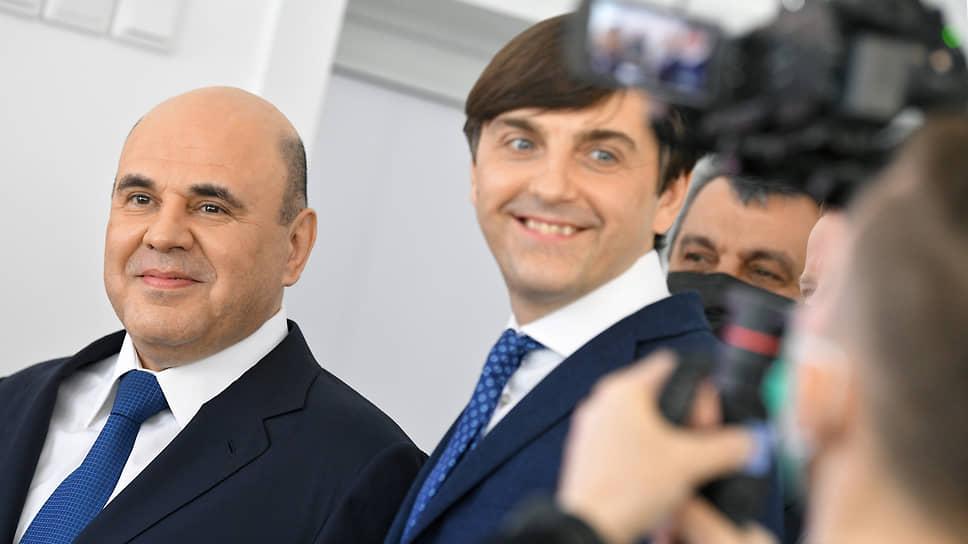 Председатель правительства России Михаил Мишустин (слева) и министр просвещения России Сергей Кравцов
