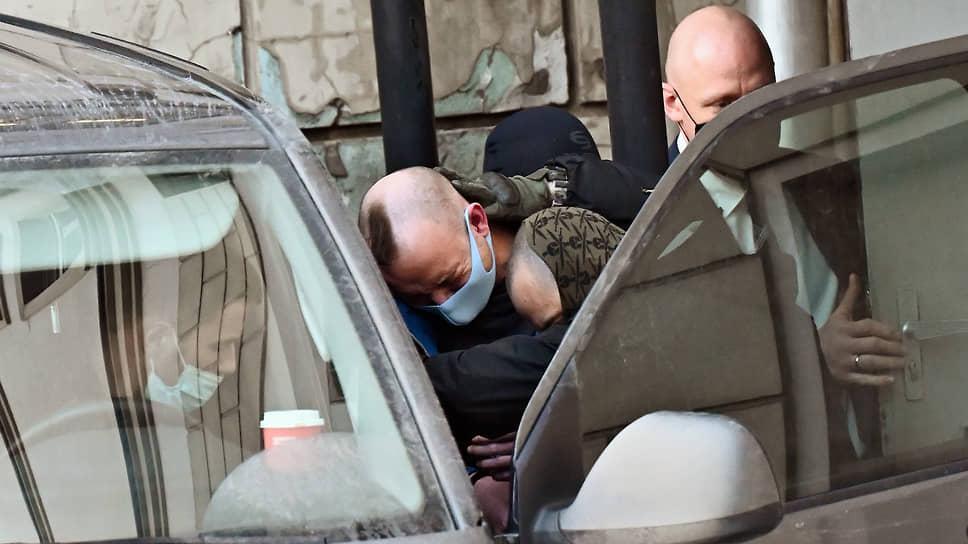Ивана Сафронова под усиленной охраной доставили в суд, где ему продлили арест до мая