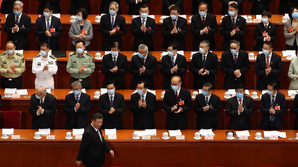 Незадолго до открытия сессии ВСНП председатель КНР Си Цзиньпин (на переднем плане) сообщил о полной победе над нищетой — и теперь страна готова двигаться к новым целям