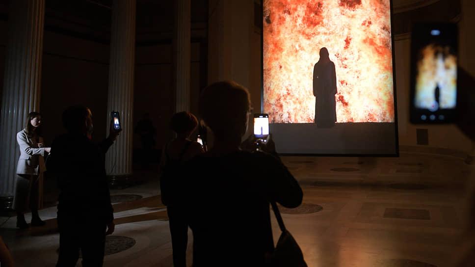Видеоарт Билла Виолы с его пламенными приветами старому искусству чувствует себя в традиционном музее как дома