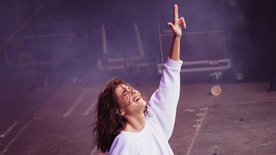 Шлягерное, радиоформатное звучание делает «Реквием» в исполнении Елены Темниковой самым радикальным треком альбома