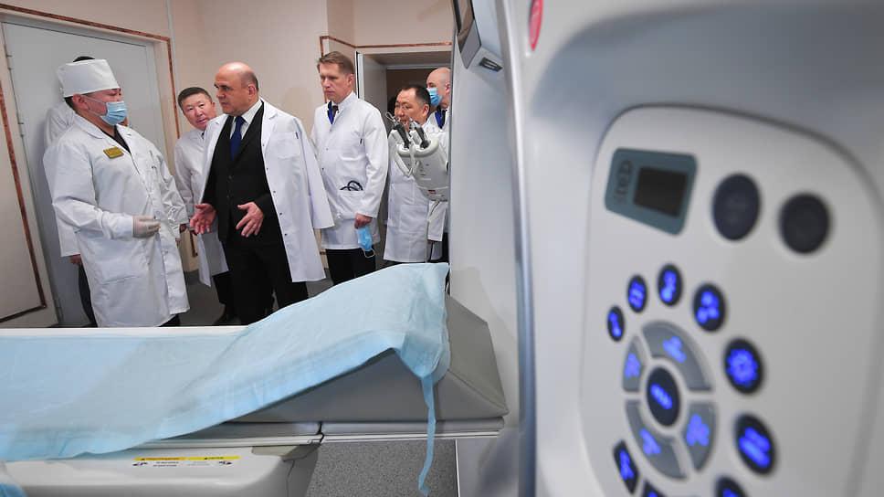 Председатель правительства Михаил Мишустин (в центре) и министр здравоохранения Михаил Мурашко (третий справа) во время посещения терапевтического корпуса Республиканской больницы №1 в Кызыле