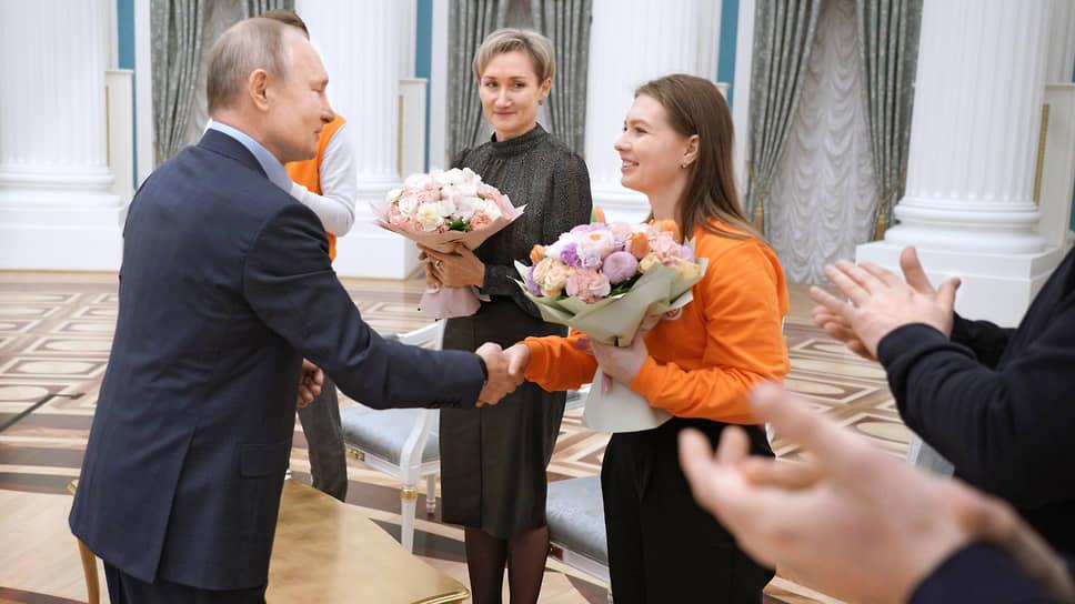 Владимир Путин подарил девушкам предпраздничные букеты. Все тут были в чистой зоне