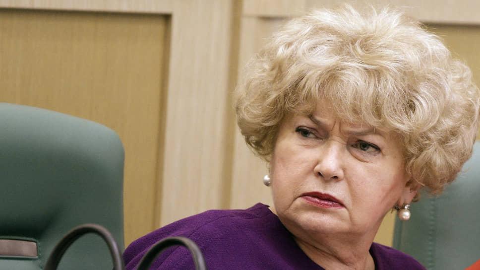 В стоящих у здания Совета федерации пикетчиках Людмила Нарусова не разглядела ничего хорошего