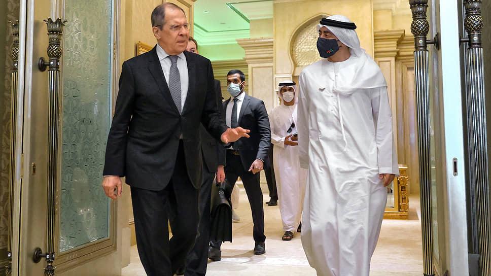 Глава МИД ОАЭ Абдалла бен Зайд Аль Нахайян (справа) сделал Сергею Лаврову поистине королевский подарок, высказавшись против санкций США в отношении Сирии, которые, по его словам, мешают диалогу с Дамаском