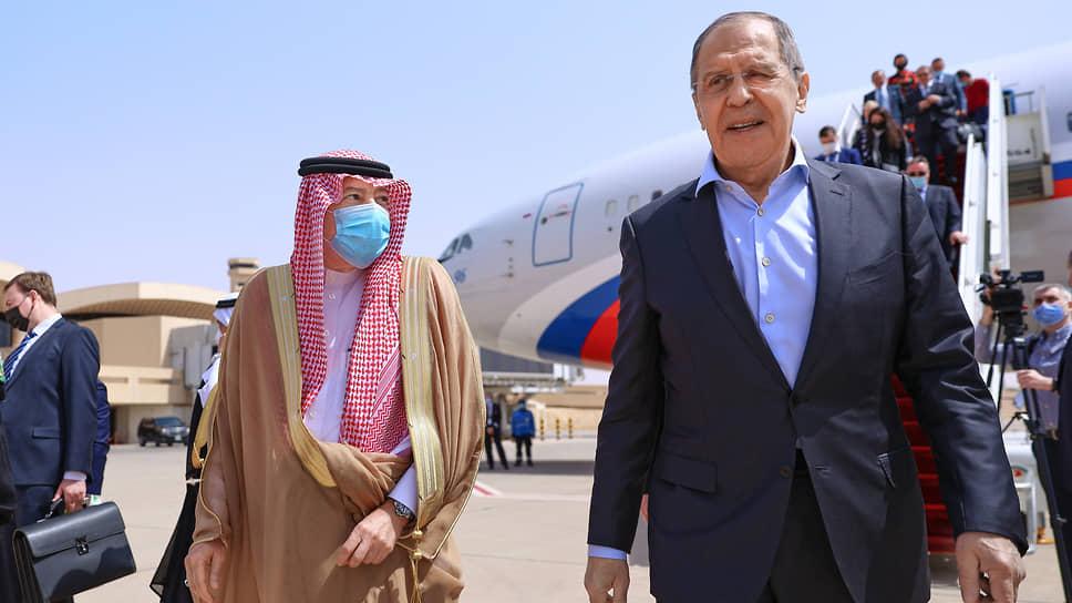 Сергея Лаврова радушно принимали в Эр-Рияде, где затаили на США обиду на то, что те возложили на наследного принца королевства ответственность за убийство саудовского журналиста (слева — глава МИД Саудовской Аравии Фейсал бен Фархан)