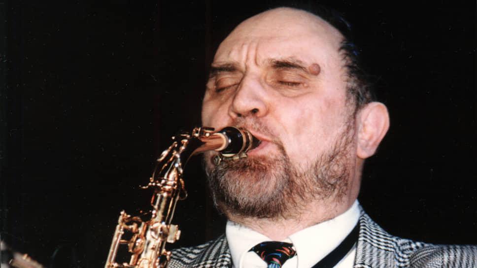 Новых черт образу знаменитого саксофониста фильм не добавляет, но черты уже известные демонстрирует увлекательно
