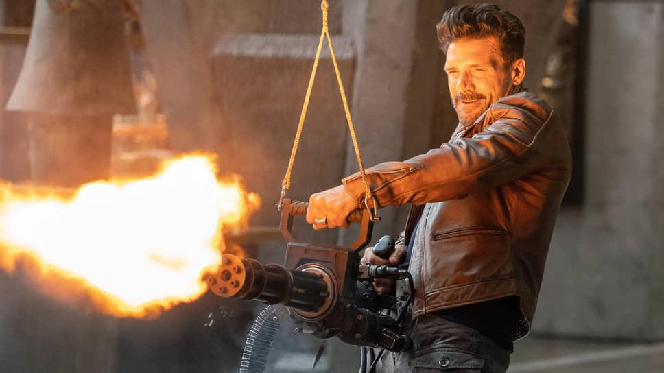 Главному герою фильма (Фрэнк Грилло) приходится каждый день убивать и умирать все более изощренными способами