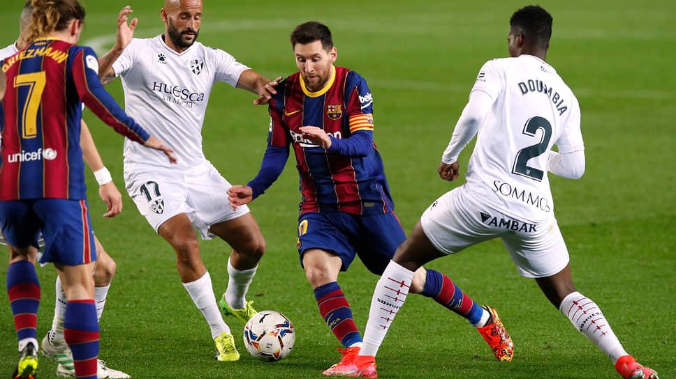 Матч с «Уэской» был для Лионеля Месси 767-м в различных турнирах в составе «Барселоны», и он повторил рекорд по их количеству, которым до этого единолично владел Хави