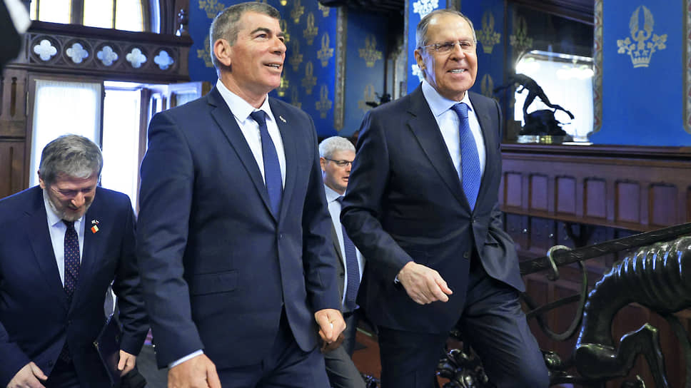 Глава МИД России Сергей Лавров пообещал своему израильскому коллеге Габи Ашкенази (слева) после переговоров показать альтернативный способ повышения иммунитета