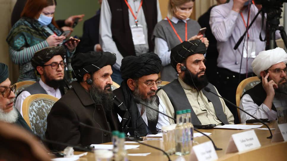 Заместитель лидера движения «Талибан» мулла  Абдул Гани Барадар (в центре) во время конференции
