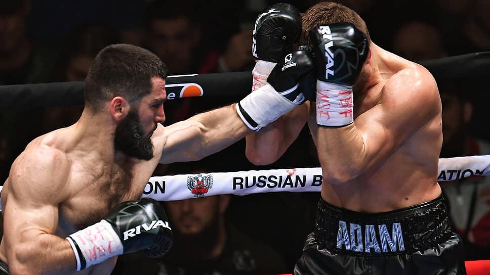 Artur Beterbiev (izquierda) en una pelea contra Adam Dines llevó su racha ganadora de nocauts a 16