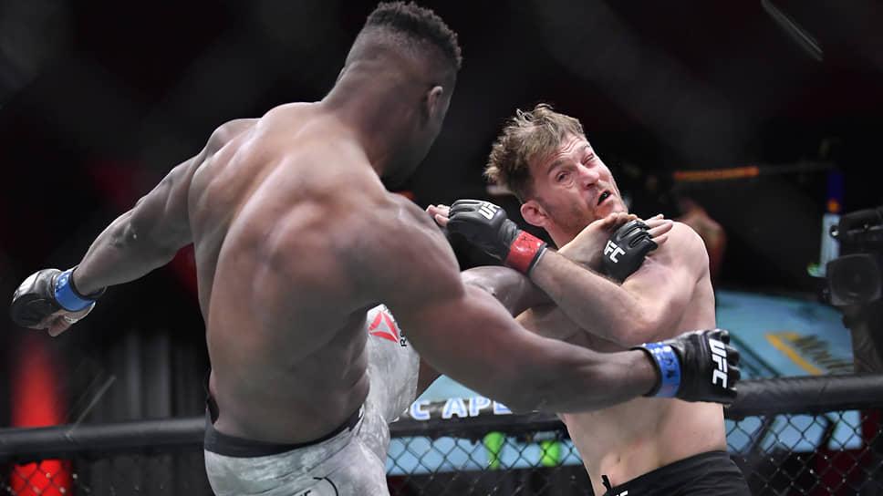 Нокаутировав Стипе Миочича, Франсис Нганну (слева) взял у него реванш за поражение четырехлетней давности и отобрал титул чемпиона UFC в супертяжелом весе
