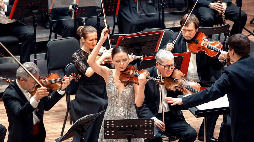 Открытие фестиваля обернулось живым скрипичным диалогом Александры Конуновой (в центре) и Вадима Репина (слева)