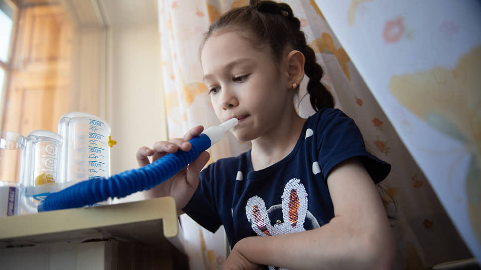 Трудно представить, как живет маленькая девочка, которая постоянно испытывает слабость и задыхается при любом усилии