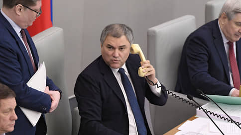 Депутаты не идут на призыв  / Госдума не спешит вводить наказание за содействие санкциям