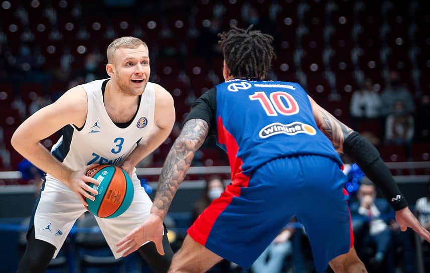 Игрок «Зенита» Денис Захаров (слева)