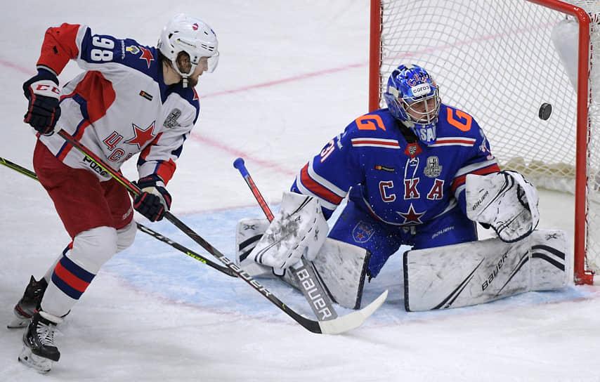 Несмотря на пропущенный в самом начале матча гол, ЦСКА (в атаке — Максим Мамин) смог в третий раз подряд уверенно обыграть СКА