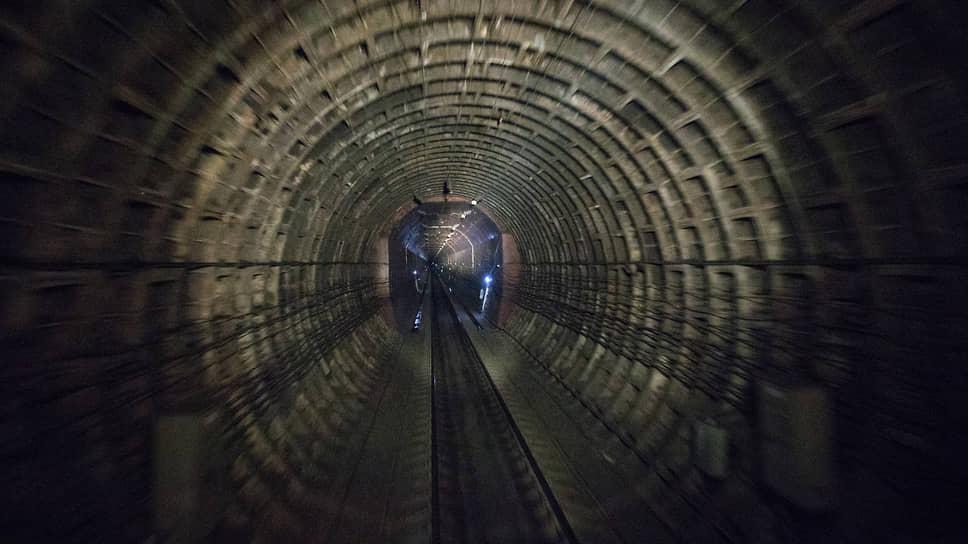 Северомуйский тоннель по протяженности является самым длинным железнодорожным тоннелем в России, его длина составляет 15343 м