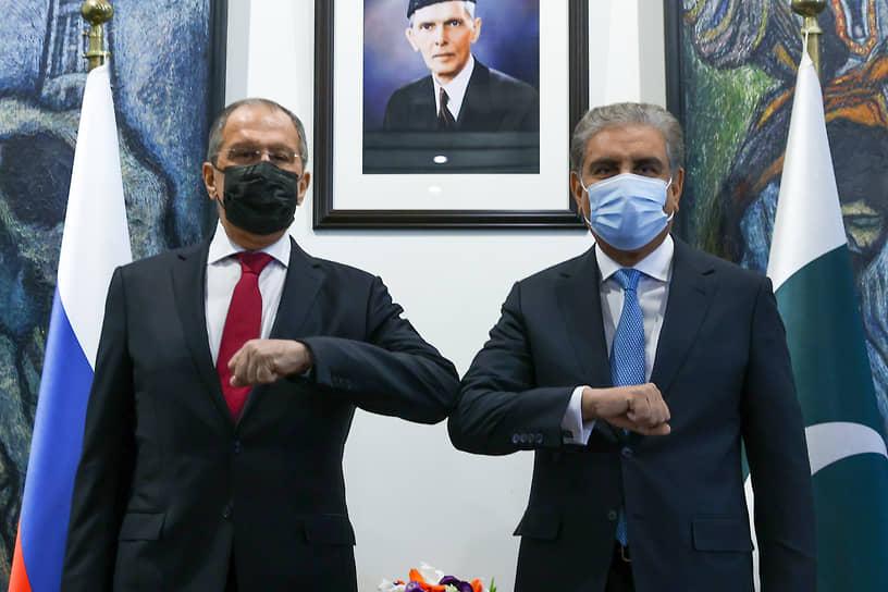 Глава МИД России Сергей Лавров (слева) и глава МИД Пакистана Шах Махмуд Куреши