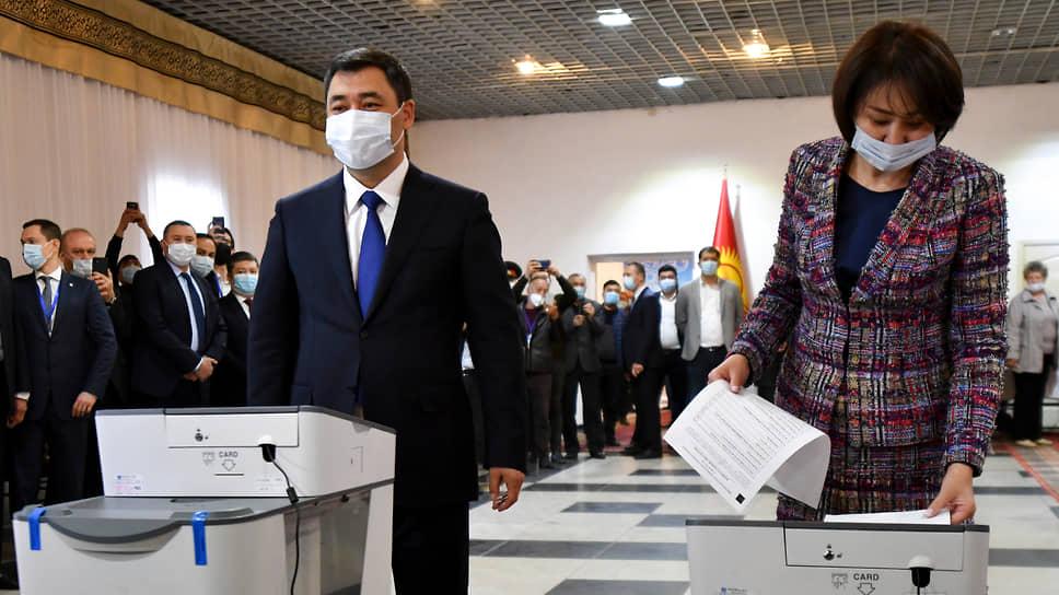 Президент Киргизии Садыр Жапаров уверен, что с принятием поправок к конституции у народа его страны «появится надежда на светлое будущее» (справа на фото — супруга президента Айгуль Асанбаева)
